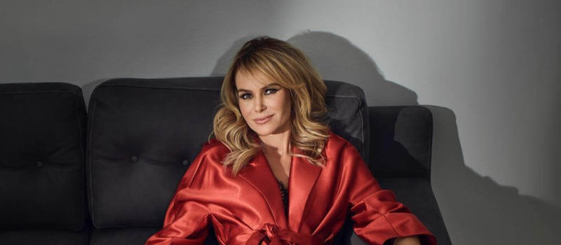 amanda holden in red silk robe