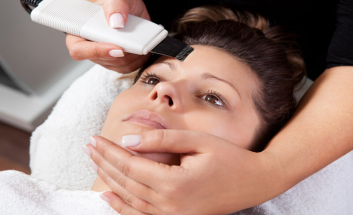 Female Client getting Caci Treatment on Forehead