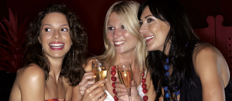 girls at party with prosecco 1100