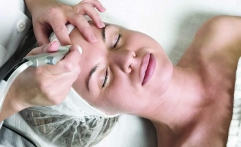 Femal Client getting Microdermabrasion on forehead